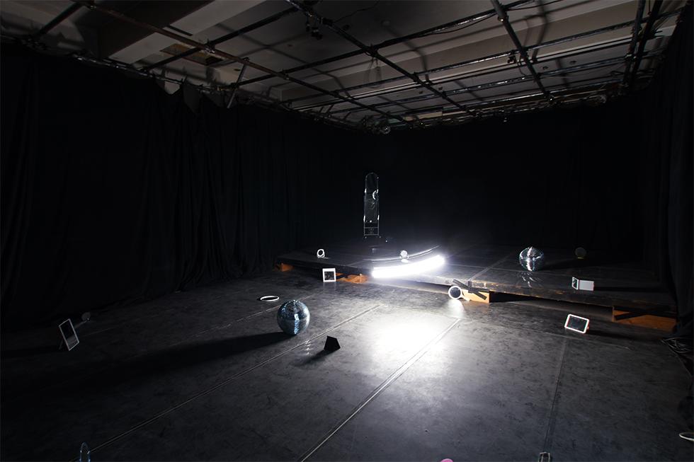 HIDランプが使用された笹岡敬《Reflex 2016》